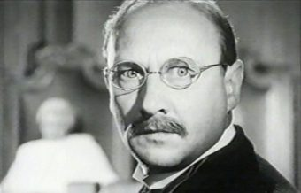 Donald Pleasence wearing wig in movie Dr Crippen